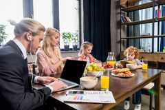 νέος επιχειρηματίας που χρησιμοποιεί το lap-top ενώ έχοντας το πρόγευμα Στοκ φωτογραφία με δικαίωμα ελεύθερης χρήσης
