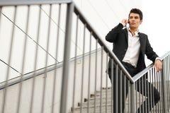 Νέος επιχειρηματίας σε ένα κτίριο γραφείων που μιλά στο τηλέφωνο Στοκ Φωτογραφίες
