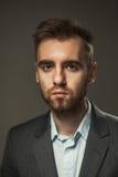 Νέος επιχειρηματίας σε ένα σκοτεινό υπόβαθρο Στοκ φωτογραφίες με δικαίωμα ελεύθερης χρήσης