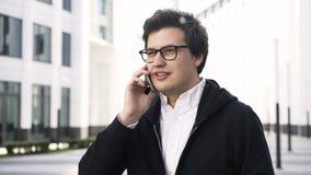 Νέος επιχειρηματίας σε ένα τηλέφωνο σε μια πόλη φιλμ μικρού μήκους