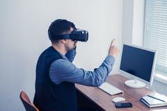 Νέος επιχειρηματίας στα γυαλιά vr που σύρει το διάγραμμα με τη χειρονομία Στοκ Φωτογραφία