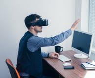 Νέος επιχειρηματίας στα γυαλιά vr που σύρει το διάγραμμα με τη χειρονομία Στοκ εικόνες με δικαίωμα ελεύθερης χρήσης