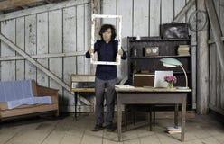 Νέος επιχειρηματίας στο γραφείο με το πλαίσιο παραθύρων στα χέρια Στοκ Εικόνα