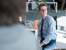 Νέος επιχειρηματίας στο γραφείο ξεκινήματος Στοκ φωτογραφία με δικαίωμα ελεύθερης χρήσης
