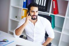 Νέος επιχειρηματίας στο γραφείο που λειτουργεί στον υπολογιστή Στοκ Εικόνα