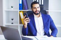 Νέος επιχειρηματίας στο γραφείο που λειτουργεί στον υπολογιστή Στοκ Φωτογραφίες