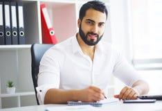 Νέος επιχειρηματίας στο γραφείο που λειτουργεί στον υπολογιστή Στοκ φωτογραφία με δικαίωμα ελεύθερης χρήσης