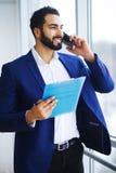 Νέος επιχειρηματίας στο γραφείο που λειτουργεί στον υπολογιστή Στοκ φωτογραφίες με δικαίωμα ελεύθερης χρήσης