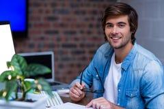 Νέος επιχειρηματίας στο γραφείο στην αρχή Στοκ εικόνες με δικαίωμα ελεύθερης χρήσης