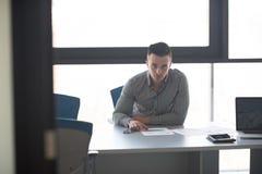 Νέος επιχειρηματίας στο γραφείο του στην αρχή Στοκ Φωτογραφία