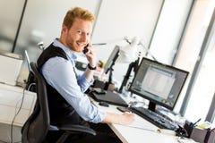 Νέος επιχειρηματίας στο γραφείο Στοκ εικόνα με δικαίωμα ελεύθερης χρήσης