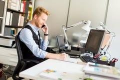 Νέος επιχειρηματίας στο γραφείο Στοκ φωτογραφία με δικαίωμα ελεύθερης χρήσης