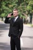 Νέος επιχειρηματίας στο τηλέφωνο υπαίθρια στο πάρκο Στοκ εικόνα με δικαίωμα ελεύθερης χρήσης