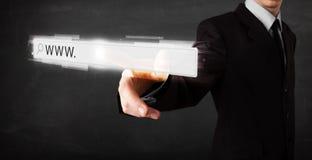 Νέος επιχειρηματίας σχετικά με το φραγμό διευθύνσεων μηχανών αναζήτησης Ιστού με το σημάδι www στοκ εικόνα
