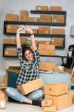Νέος επιχειρηματίας, strechi εργασίας ιδιοκτητών επιχείρησης εφήβων στο σπίτι Στοκ Εικόνα