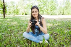 Νέος ερασιτέχνης φωτογράφος γυναικών υπαίθριος στοκ φωτογραφία με δικαίωμα ελεύθερης χρήσης