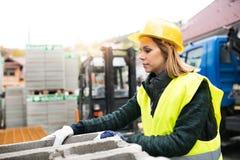 Νέος εργαζόμενος γυναικών σε μια βιομηχανική περιοχή Στοκ Φωτογραφία