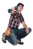 Νέος εργαζόμενος με το τρυπάνι στοκ φωτογραφία