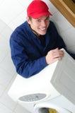 Νέος εργαζόμενος που επισκευάζει το πλυντήριο Στοκ εικόνες με δικαίωμα ελεύθερης χρήσης