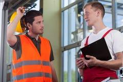Νέος εργαζόμενος που μιλά με το διευθυντή Στοκ Εικόνες