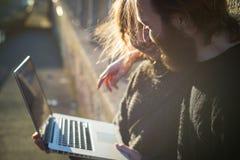 Νέος ερωτευμένος τρόπος ζωής ζευγών υπαίθριος Στοκ εικόνα με δικαίωμα ελεύθερης χρήσης
