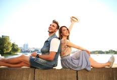 Νέος ερωτευμένος υπαίθριος ζευγών Αγάπη, σχέση και έννοια ανθρώπων Στοκ φωτογραφία με δικαίωμα ελεύθερης χρήσης