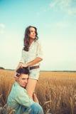 Νέος ερωτευμένος υπαίθριος ζευγών αγκάλιασμα ζευγών Στοκ εικόνες με δικαίωμα ελεύθερης χρήσης