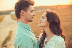Νέος ερωτευμένος υπαίθριος ζευγών αγκάλιασμα ζευγών Στοκ φωτογραφία με δικαίωμα ελεύθερης χρήσης