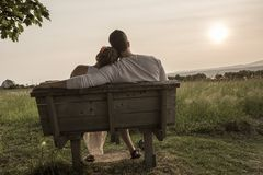 Νέος ερωτευμένος υπαίθριος ζευγών στο ηλιοβασίλεμα στοκ εικόνες
