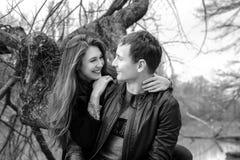 Νέος ερωτευμένος υπαίθριος ζευγών Στοκ εικόνες με δικαίωμα ελεύθερης χρήσης