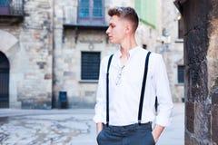 Νέος ευρωπαϊκός τύπος στο πουκάμισο και παντελόνι με suspenders το περπάτημα Στοκ Φωτογραφία