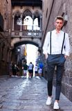 Νέος ευρωπαϊκός τύπος στο πουκάμισο και παντελόνι με suspenders το περπάτημα Στοκ φωτογραφία με δικαίωμα ελεύθερης χρήσης