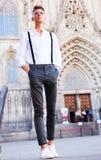 Νέος ευρωπαϊκός τύπος στο πουκάμισο και παντελόνι με suspenders το περπάτημα Στοκ Εικόνα