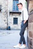 Νέος ευρωπαϊκός τύπος στο πουκάμισο και παντελόνι με suspenders το περπάτημα Στοκ Φωτογραφίες
