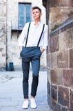 Νέος ευρωπαϊκός τύπος στο πουκάμισο και παντελόνι με suspenders το περπάτημα Στοκ Εικόνες