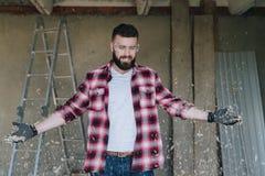 Νέος ευτυχής γενειοφόρος ξυλουργός ατόμων hipster στην κατασκευή glasse Στοκ Εικόνες