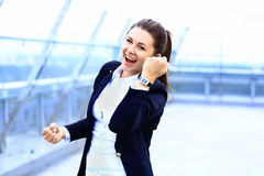 Νέος ευτυχής γυναίκες ή σπουδαστής στην επιχείρηση ιδιοκτησίας στοκ εικόνες με δικαίωμα ελεύθερης χρήσης
