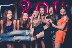Νέος ευτυχής εορτασμός έτους φίλοι αστείοι Στοκ εικόνα με δικαίωμα ελεύθερης χρήσης