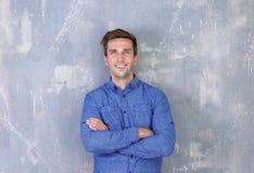 Νέος ευτυχής επιχειρηματίας στο γκρίζο υπόβαθρο Στοκ Φωτογραφίες