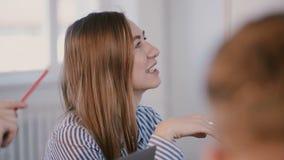 Νέος ευτυχής χαμογελώντας καυκάσιος θηλυκός διευθυντής γραφείων που  φιλμ μικρού μήκους