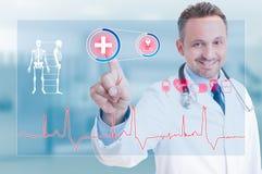 Νέος εύθυμος γιατρός που λειτουργεί στην ιατρική οθόνη διαφάνειας Στοκ φωτογραφία με δικαίωμα ελεύθερης χρήσης