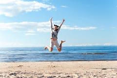 Νέος εύθυμος πηδώντας ενθουσιασμός έφηβη στην παραλία στοκ φωτογραφία με δικαίωμα ελεύθερης χρήσης