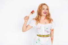 Νέος εύθυμος που λερώνεται στον καλλιτέχνη κοριτσιών χρωμάτων στοκ εικόνες με δικαίωμα ελεύθερης χρήσης
