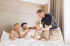 Νέος ελεύθερος χρόνος δωματίου ξενοδοχείου ταξιδιού ζευγών μαζί στοκ εικόνα με δικαίωμα ελεύθερης χρήσης