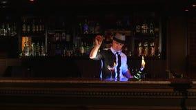 Νέος, ελκυστικός επαγγελματικός μπάρμαν, bartender που κάνει τα δροσερά, επαγγελματικά, καταπληκτικά τεχνάσματα με δύο μπουκάλια, φιλμ μικρού μήκους