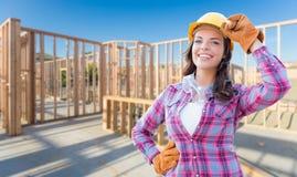 Νέος ελκυστικός θηλυκός εργάτης οικοδομών που φορά τα γάντια, σκληρά Στοκ Εικόνες