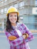 Νέος ελκυστικός θηλυκός εργάτης οικοδομών που φορά το σκληρό καπέλο και Στοκ φωτογραφία με δικαίωμα ελεύθερης χρήσης