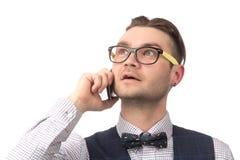 Νέος ελκυστικός τύπος που μιλά στο τηλέφωνο Στοκ Φωτογραφία