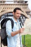 Νέος ελκυστικός χάρτης ανάγνωσης τουριστών στο Παρίσι Στοκ εικόνα με δικαίωμα ελεύθερης χρήσης