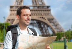 Νέος ελκυστικός χάρτης ανάγνωσης τουριστών στο Παρίσι Στοκ Φωτογραφία